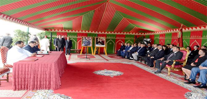 جلالة الملك يترأس بمرتيل حفل التوقيع على عشر اتفاقيات تتعلق بتنمية مشاريع تربية الأحياء البحرية بالمغرب.